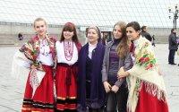 Оксана Іванівна Мілевська з учасницями ансамблю Яворина